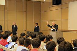 参加者は開校式を経て、それぞれの講座へ