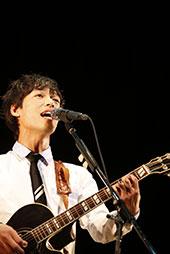 情熱的に歌う小川コータさん