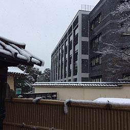 建長寺から完成間近の新校舎を望む