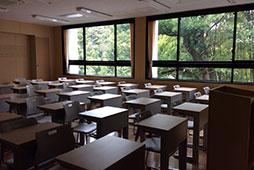 主役の生徒を待つ新教室