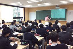 全教室に設置されたプロジェクターを使った授業も充実