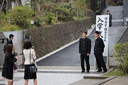 正門前で記念撮影